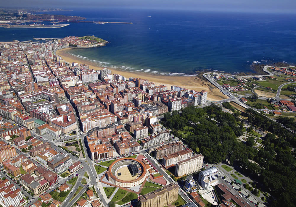 Contraste de ciudades a la orilla del mar.