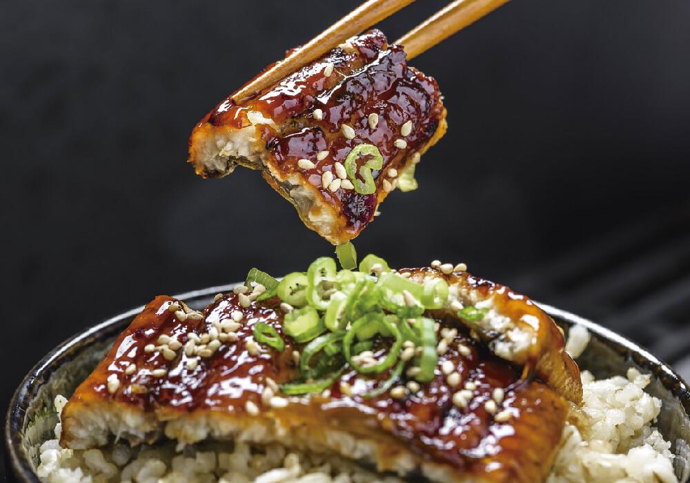 Platillos de arroz, y cebollín, con salsa agridulce.