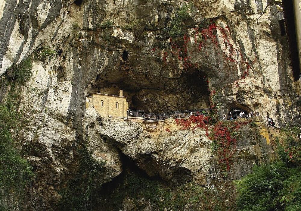 Un Santuario hermoso dentro de una cueva.
