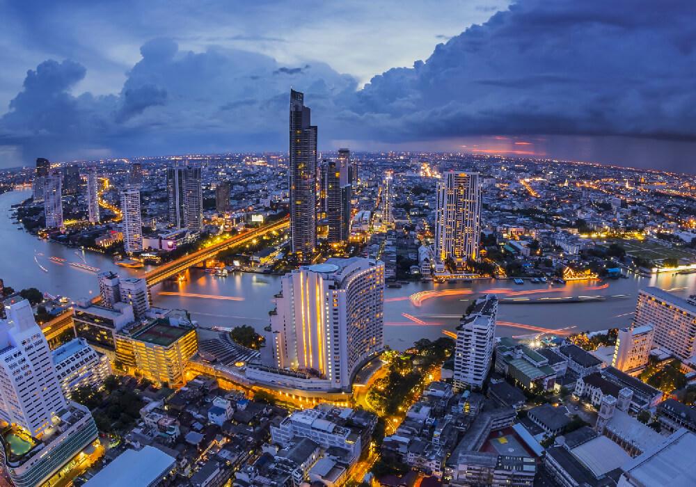 La capital Tailandesa es conocida por su alegre vida cellejera y sus santuarios llenos de ornamentos.