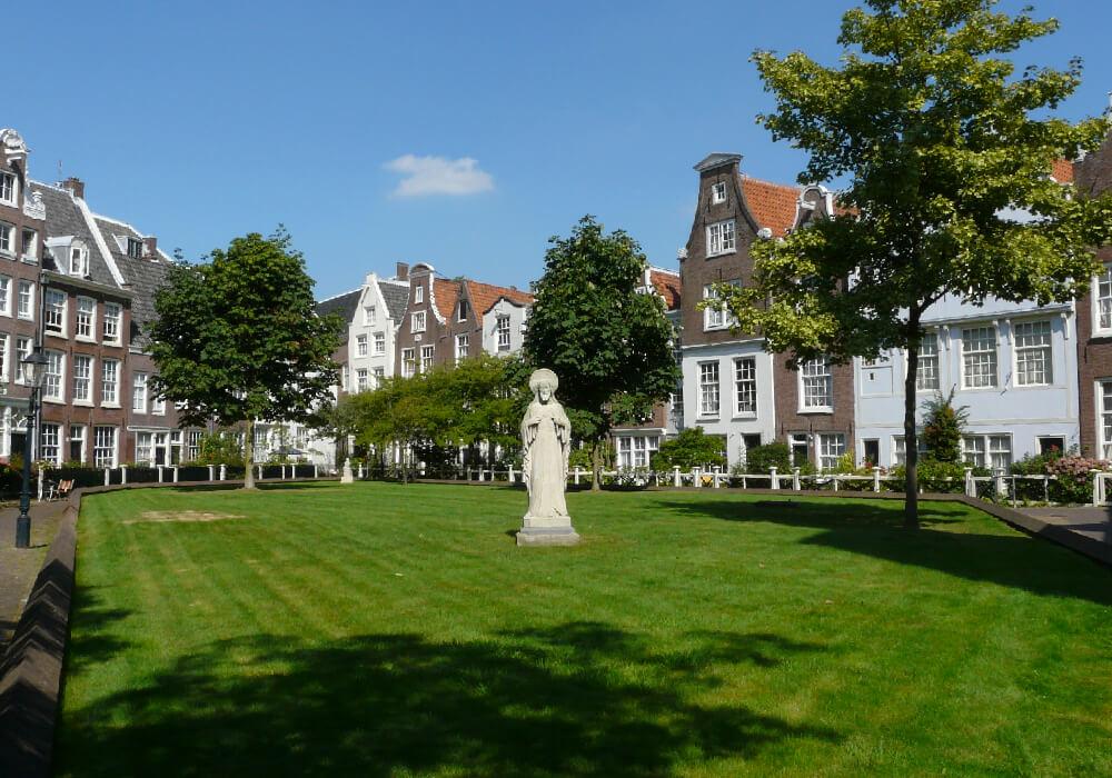Es uno de los patios más antiguos de Ámsterdam, con edificios históricos, viviendas privadas, de una belleza increíble.