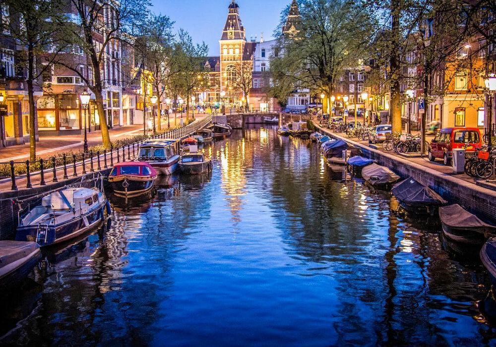 Pertenece al cinturón del canal, y es conocido por sus hermosas y grandes casas.