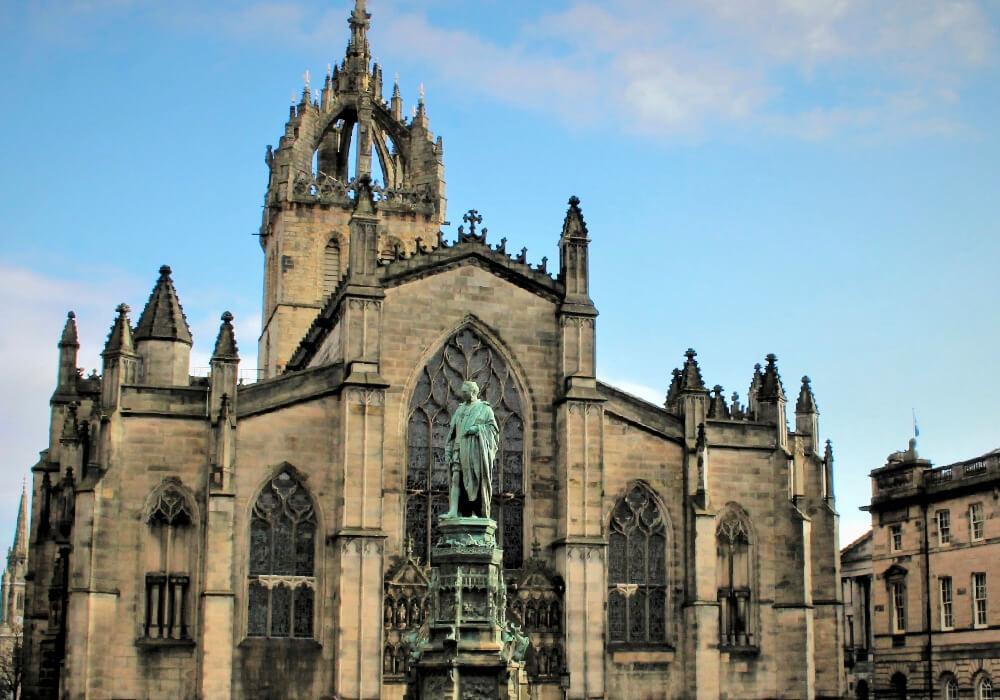 Conocida también como la catedral de San Gil, construido a partir del siglo XII.