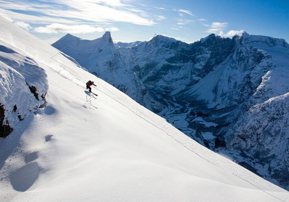 Realiza actividades extremas en las montañas de Noruega.