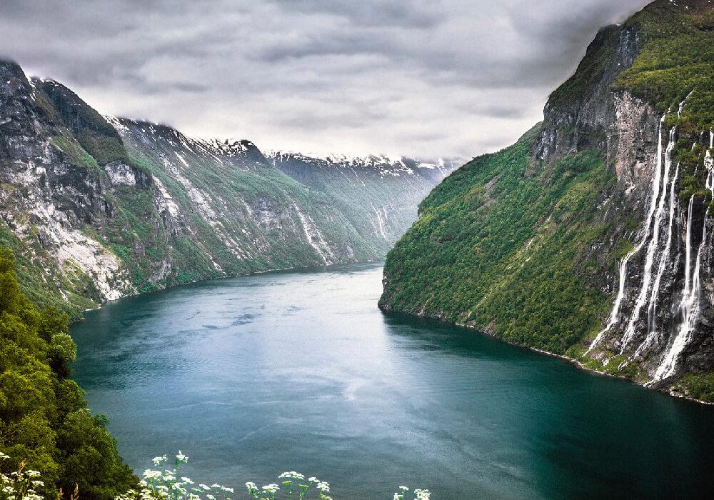 Son estrechos de agua salada situados entre montañas, formados por los glaciares de la era de hielo que llegaban al mar.
