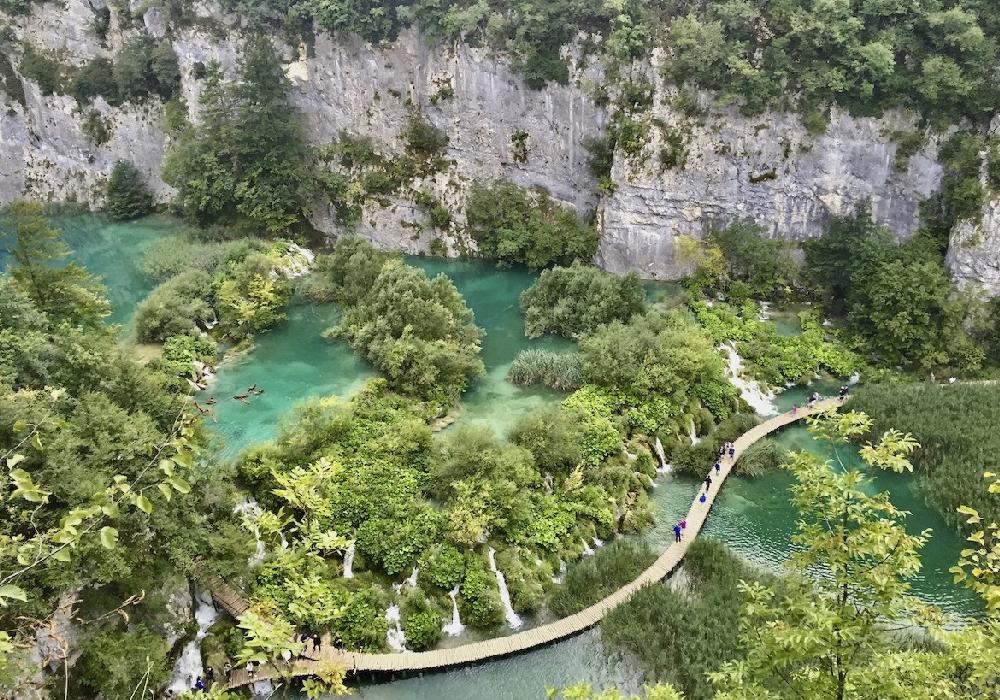 Es conocido por una cadena de 16 lagos en terrazas unidas por cascadas.