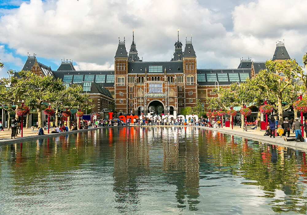 Se le conoce también como El Rijksmuseum y está dedicado a el arte, la artesanía y la historia.