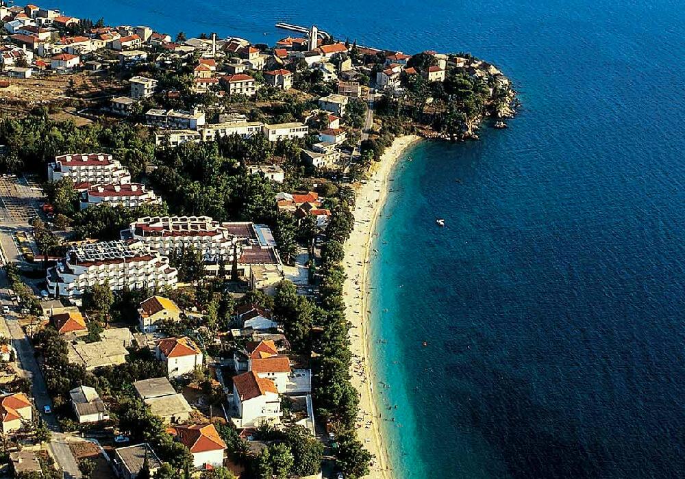 Esta playa se encuentra en la Riviera de Makarska.