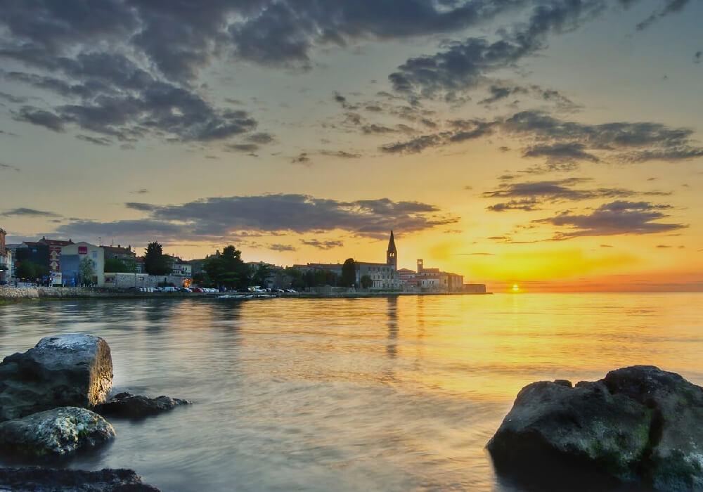 Esta Playa se encuentra en la parte norte de Porec y en ella encontrarás el casco histórico de la ciudad.