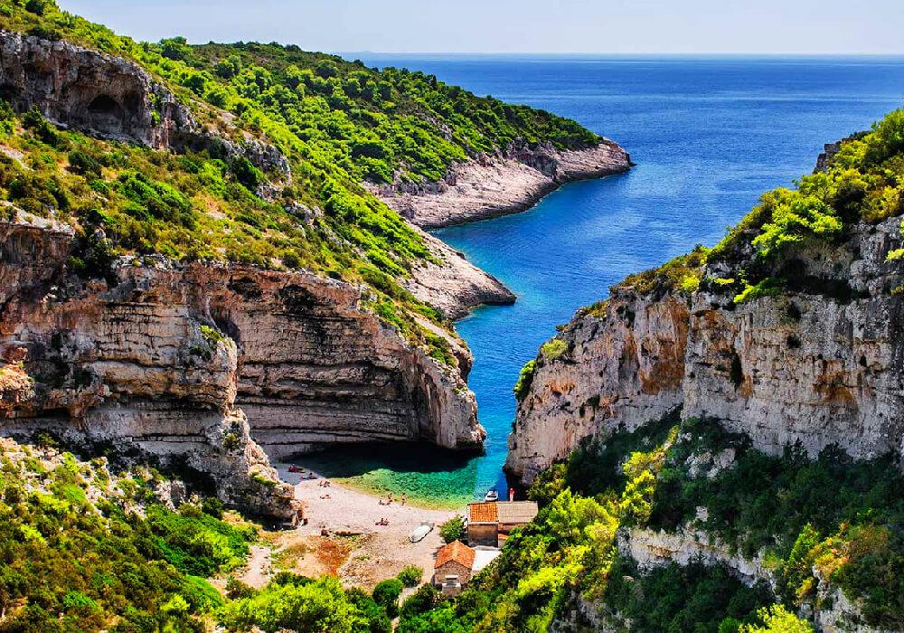 Esta Playa esta oculta entre rocas.