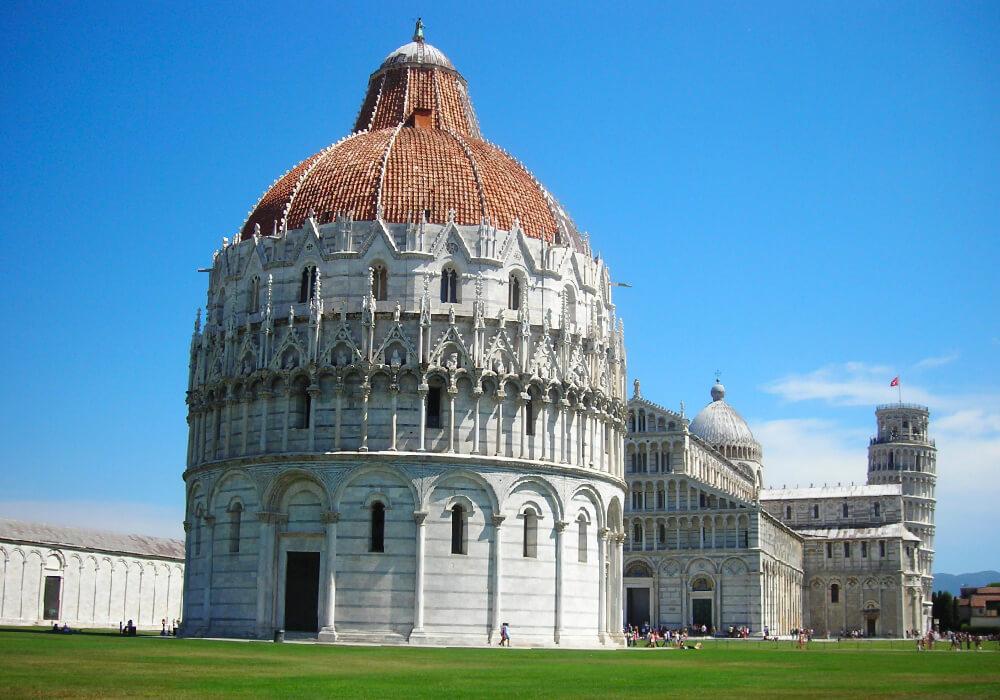 Encontrarás a esta hermosa plaza en el corazón de la ciudad de Pisa.