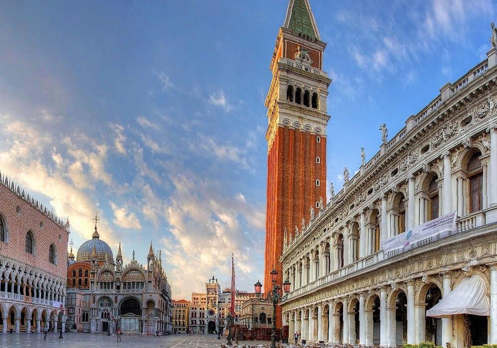Ésta es la única Plaza de Venecia. Uno de sus principales atractivos.