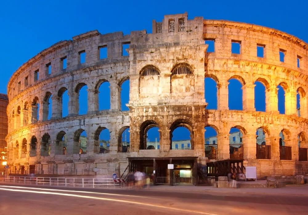 También conocido como el Pula Arena.