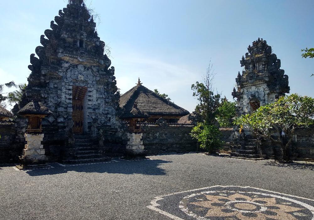 Este es un templo Hindú que está ubicado en Indonesia.