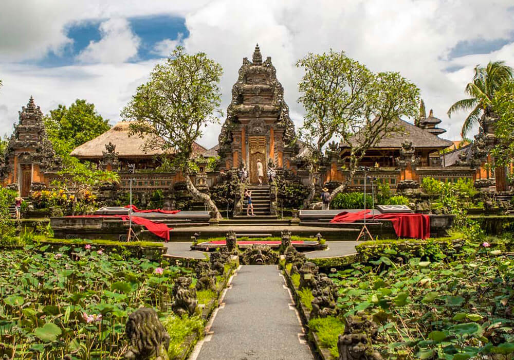 Es un templo hindú balinés en Ubud, Bali, Indonesia. La pura está dedicada a la diosa Sarasvati.