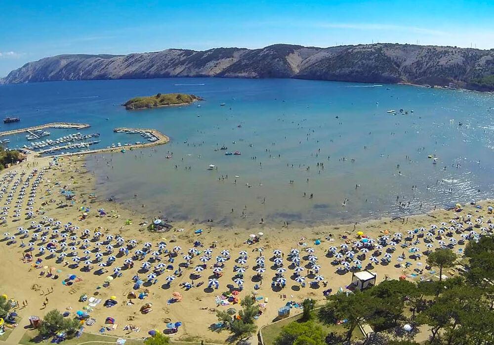 Es la playa más grande de la isla de Rab.
