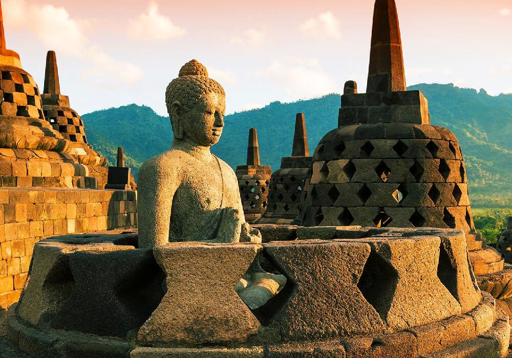 Está ubicada en la Isla de Java es famosa por su patrimonio cultural y sus artes.