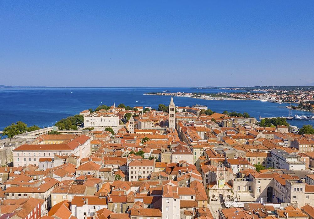 Conocida por las ruinas romanas y venecianas en su Ciudad Antigua peninsular.