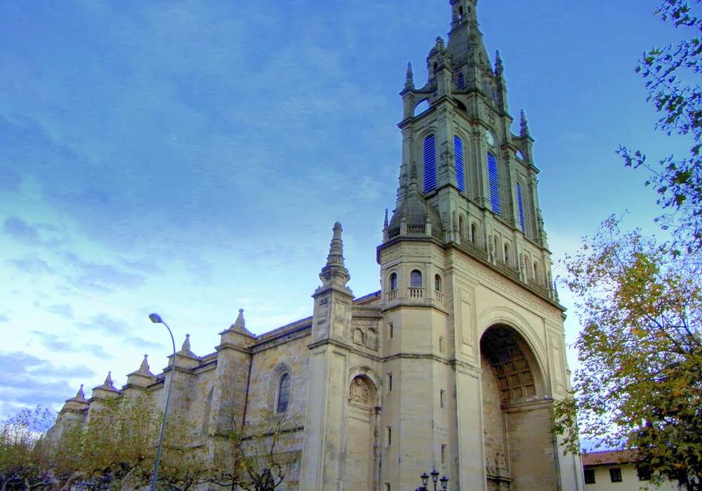 Este es un Santuario en honor a la Madre de Dios de Begoña, es la patrona del señorío de Vizcaya.