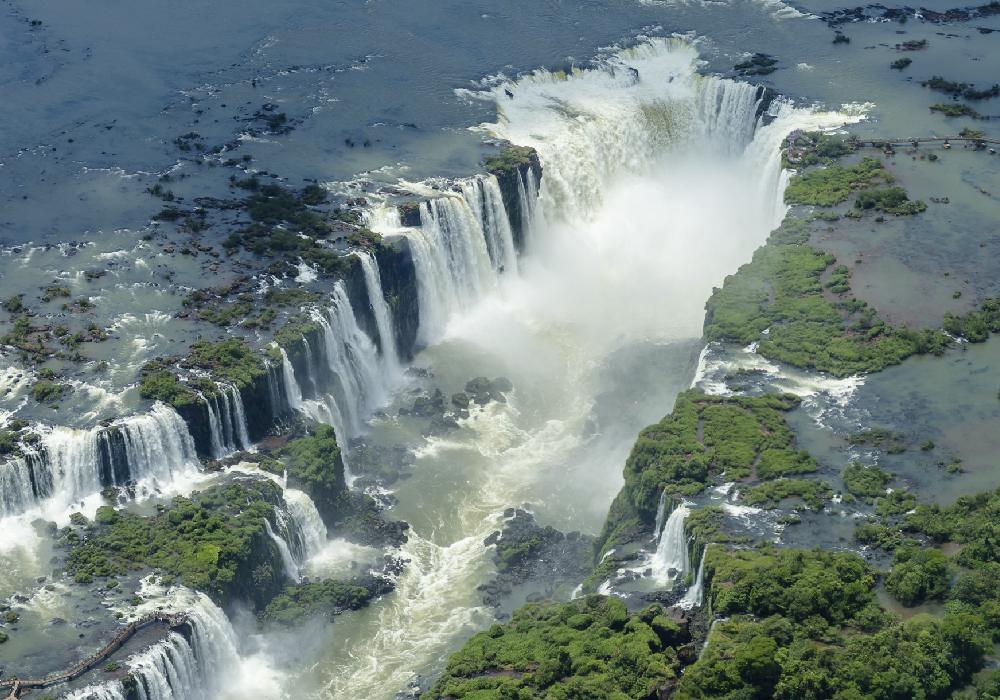 Se encuentran entre la provincia de Misiones y el estado Brasileño de Paraná.