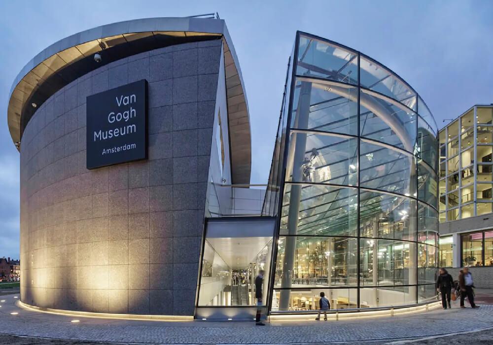 En este maravilloso museo encontrarás obras diversas sobre todo las de el pintor Vincent Van Gogh.