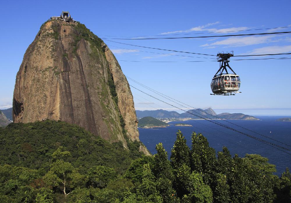 Se encuentra ubicado en la boca de la bahía de Guanabara.