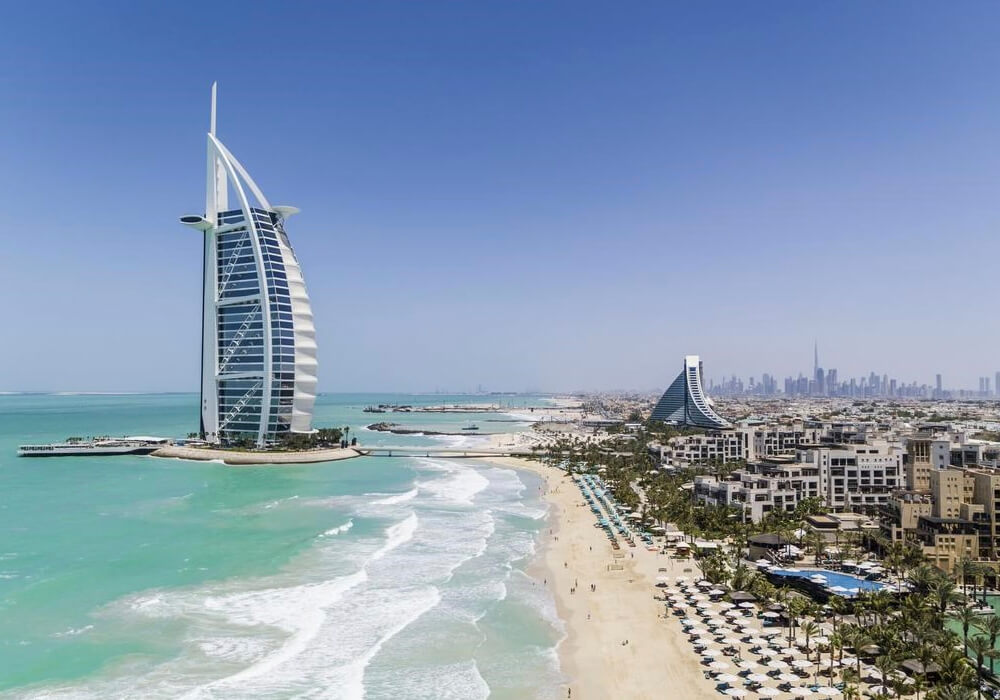 Ésta es una de las playas más hermosas de Dubai con arena blanca ideal para vacacionar.