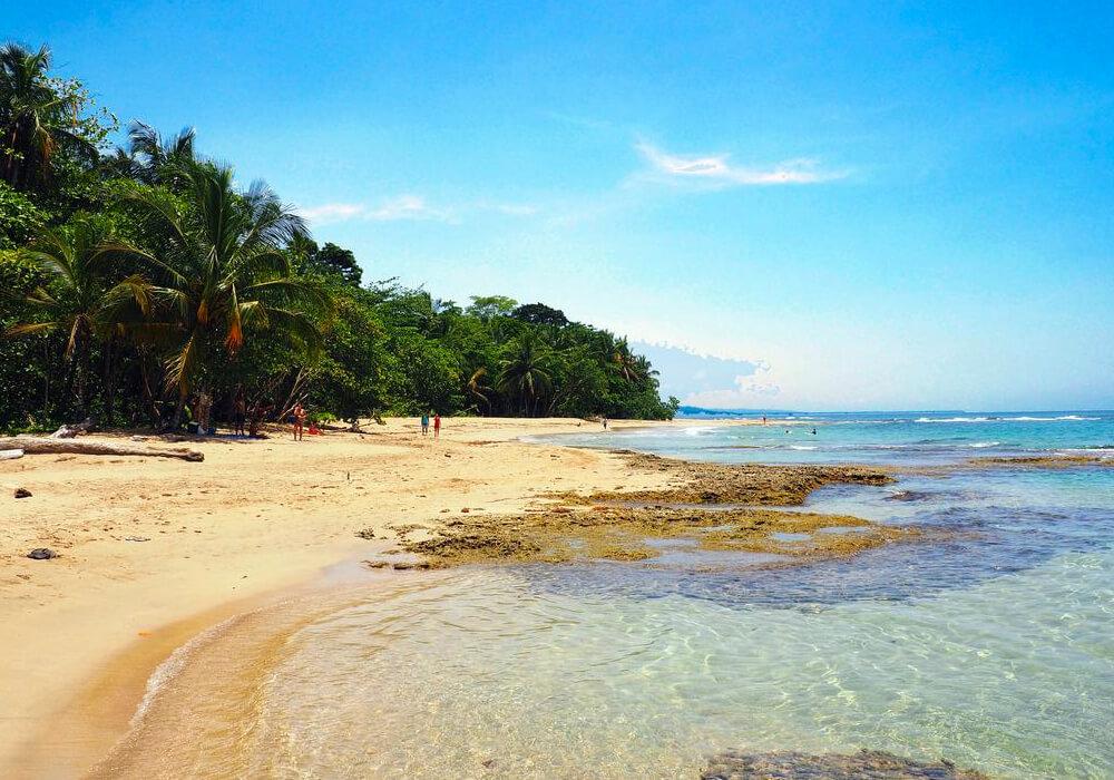 Esta sin lugar a duda es la mejor playa de Costa Rica y cuenta con un hermoso arrecife que brinda protección a la playa.