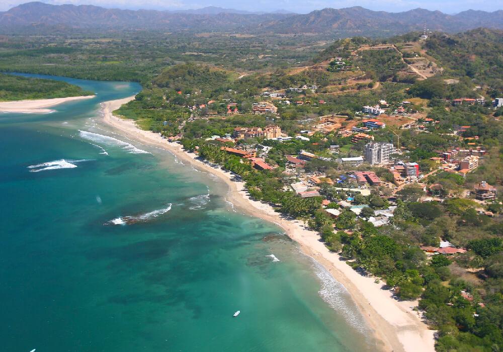 Esta ciudad de la provincia de Guanacaste, se caracteriza por sus playas de fuerte oleaje.