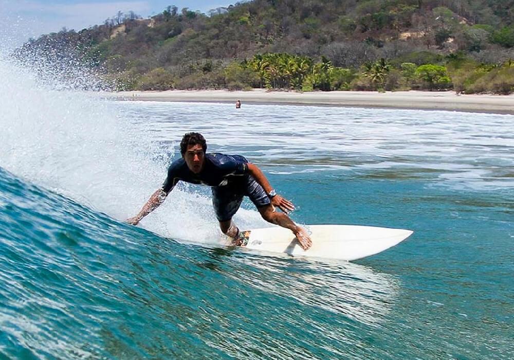 Te podrás imaginar que Costa Rica al ser un país rodeado de agua tiene lugares increíbles para surfear.