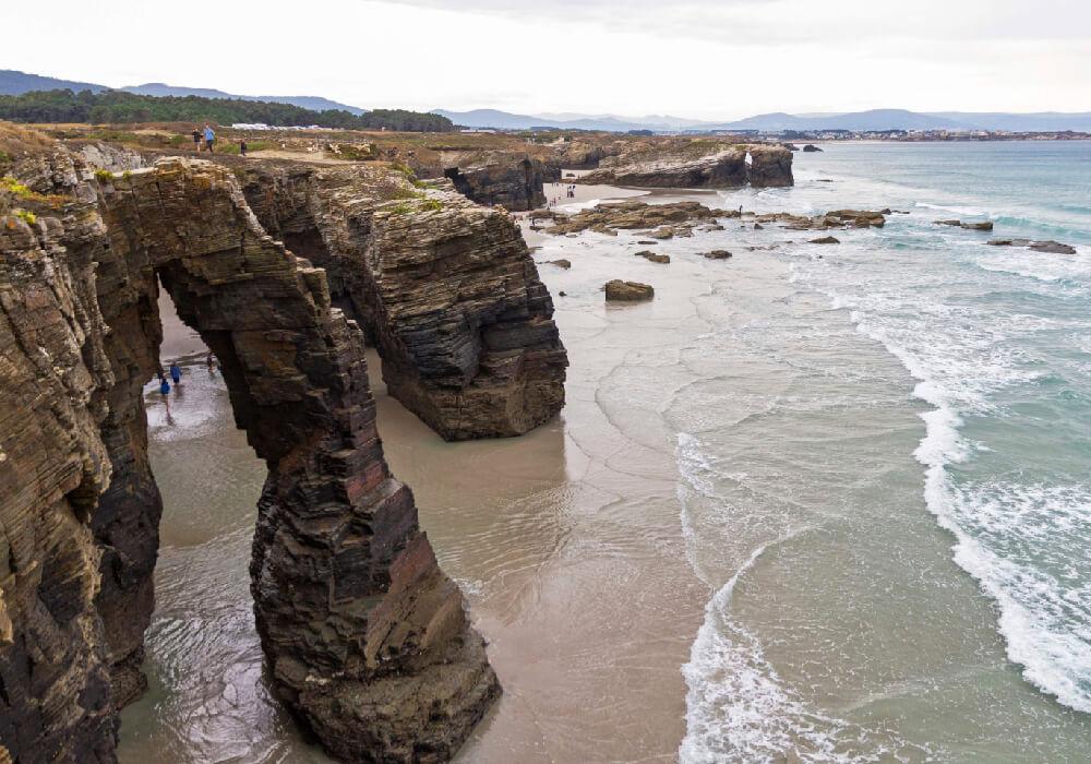 Es un monumento natural de gran belleza, hermosa arena blanca y majestuosas formaciones rocosas.