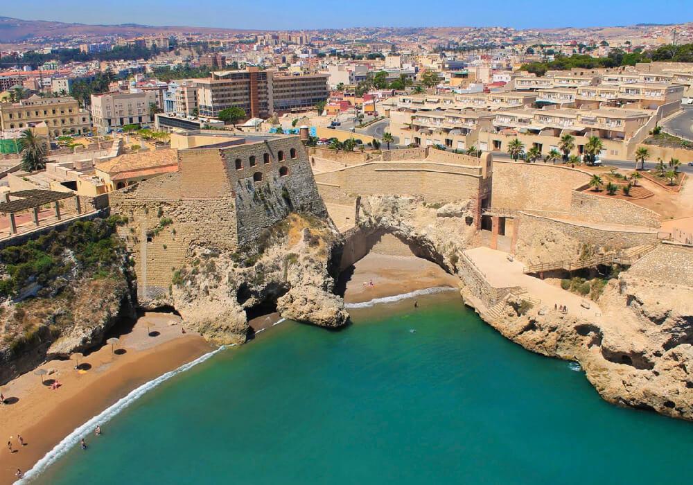Hermosa playa urbana de arena dorada y oleaje moderado.