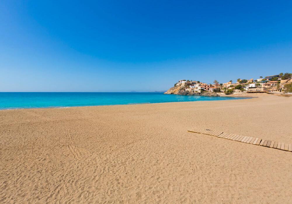 Es una playa grande y hermosa, con poco tráfico turístico.