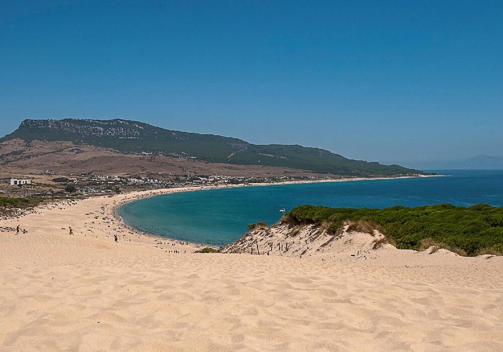 Ésta playa se encuentra en Tarfia y está enfrente de la ciudad Marroquí de Tánger.