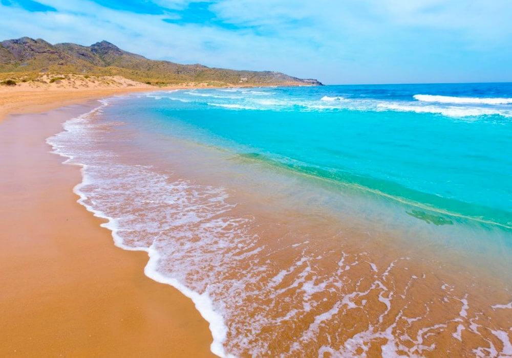Hermosa playa que se encuentra en un parque natural ideal para realizar senderismo.