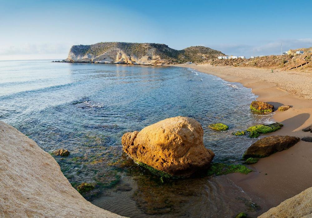 La arena de esta playa es sumamente fina y el oleaje es ligero, ideal para toda la familia.