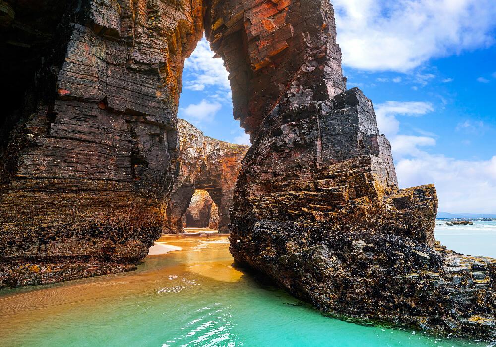 Esta playa es mejor conocida para los turistas como la Playa de Aguas Santas.