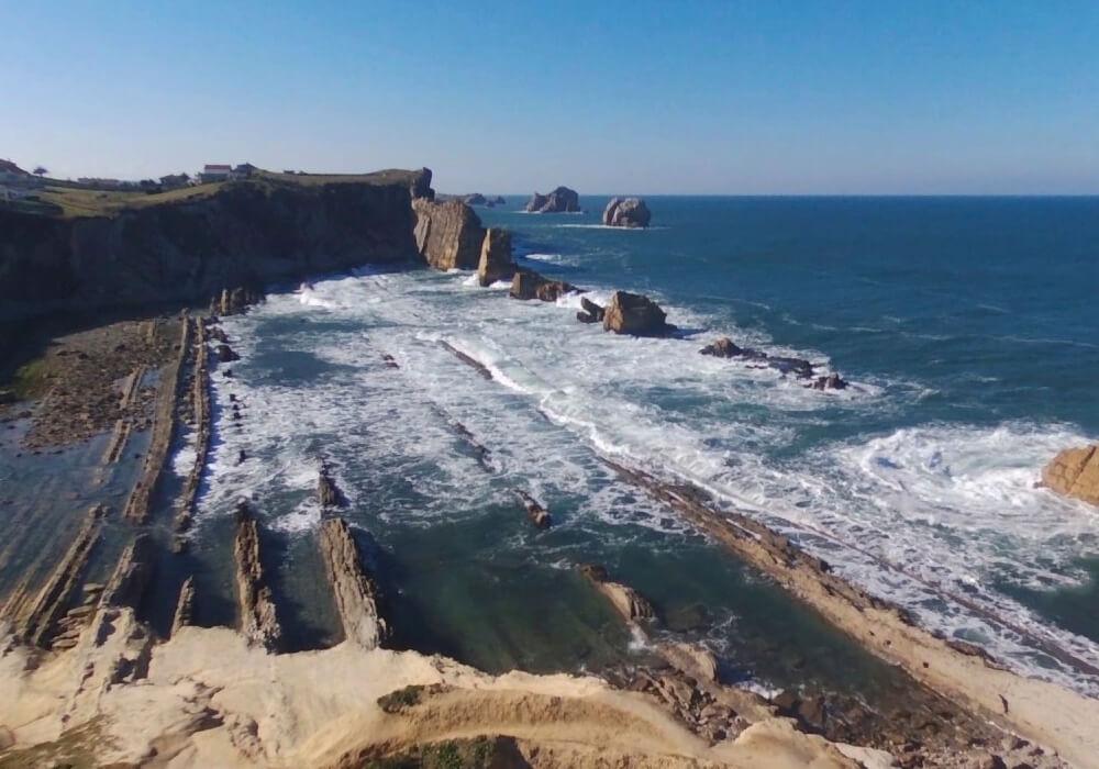 Ésta playa presenta un entorno rocoso, las cuáles tienen más de 90 millones de años.