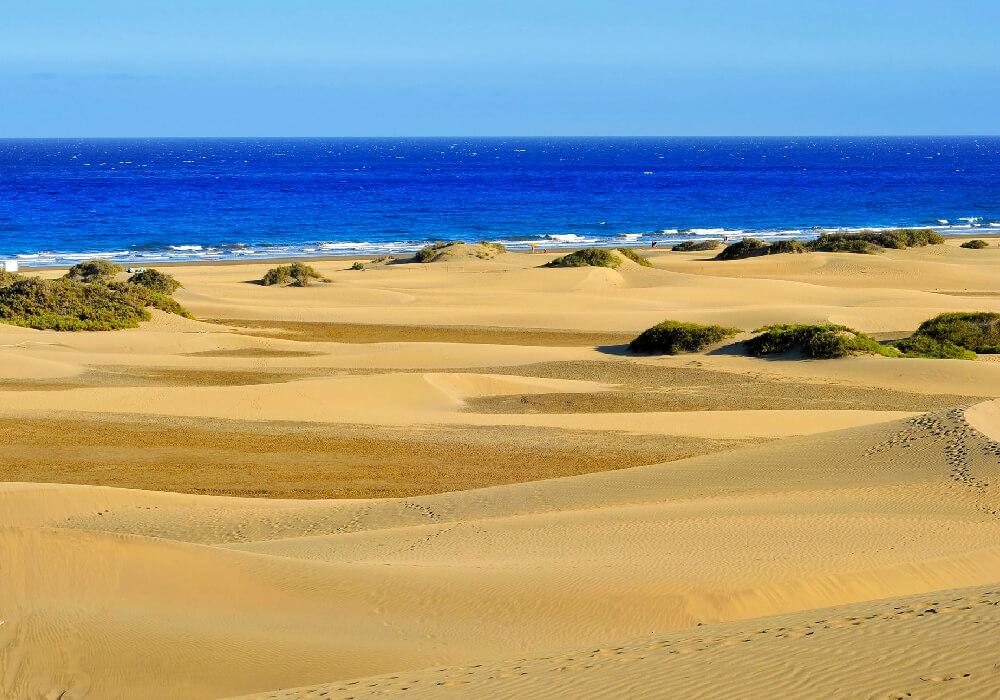 Ésta playa conforma una unión con la Playa del Inglés; y llega hasta el Faro de Maspalomas.
