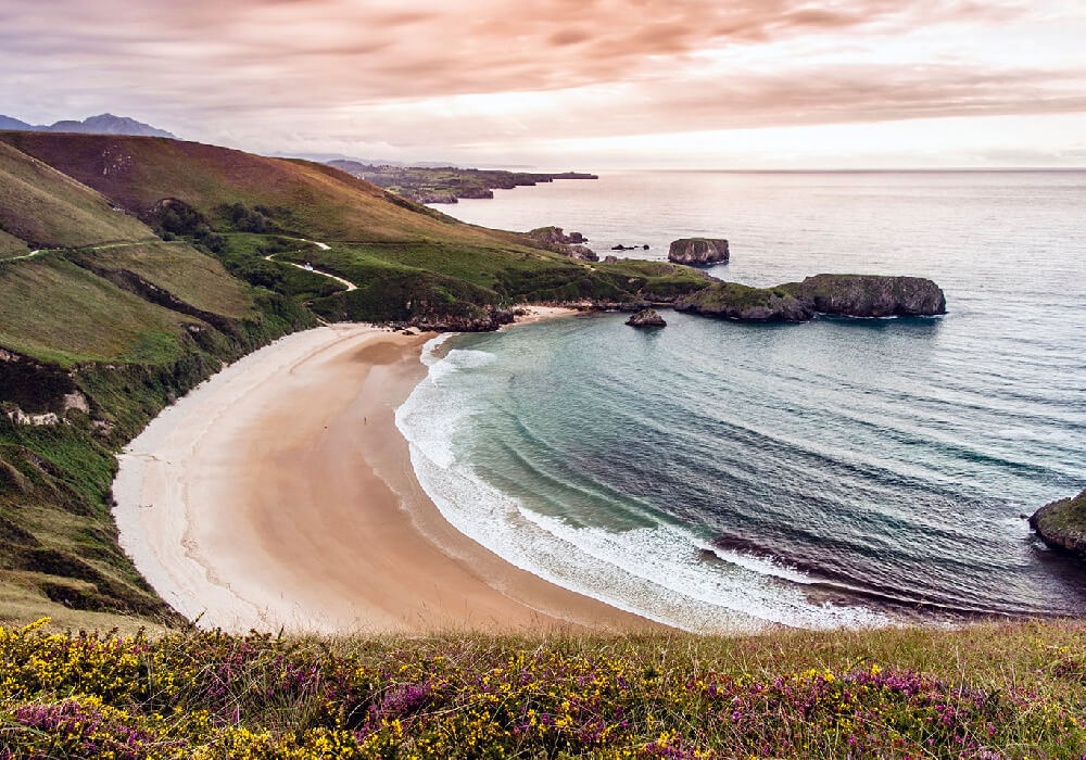 Es una de las playas nudistas más populares de España.