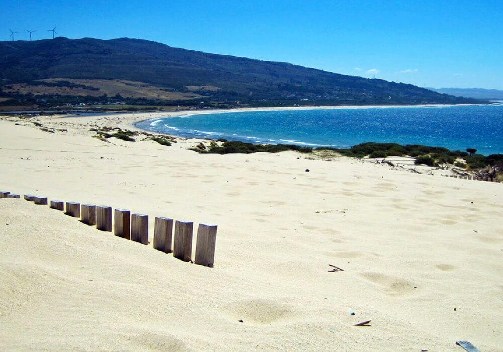 Ésta hermosa playa aún tiene zonas vírgenes y es ideal para realizar deportes acuáticos o caminar en la orilla de la playa.