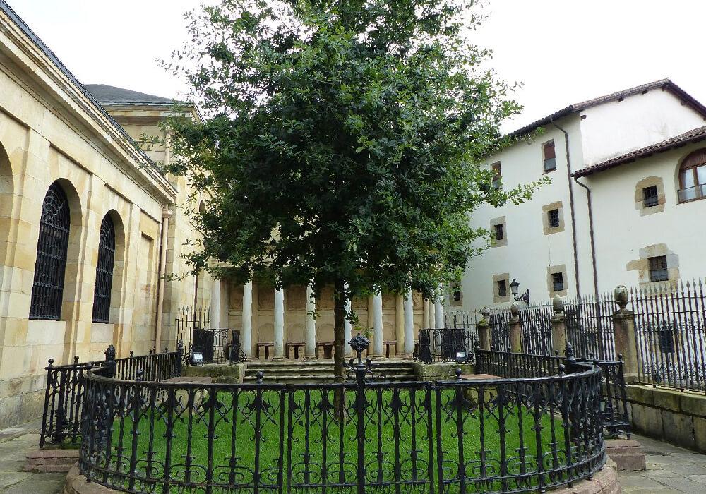 Es un roble que se encuentra justo enfrente de la Casa de Juntas. Simboliza libertades tradicionales de Vizcaya.