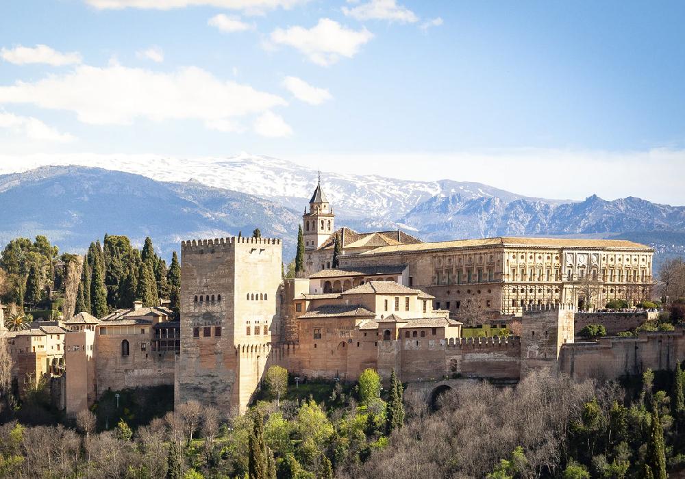 Es un conjunto de antiguos palacios y jardines y fortaleza.