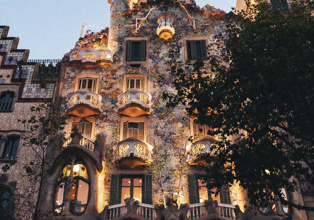 Ésta magnífica casa remodelada por el arquitecto Antoni Gaudí se encuentra en la manzana de la discordia.