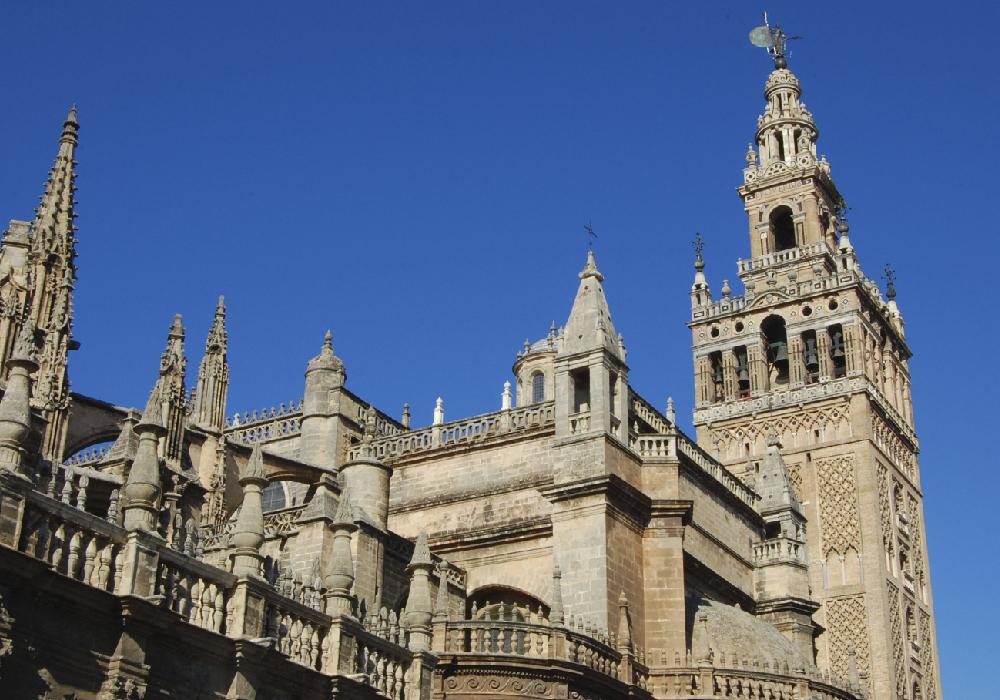 Tiene un estilo gótico y es la catedral más grande del mundo.