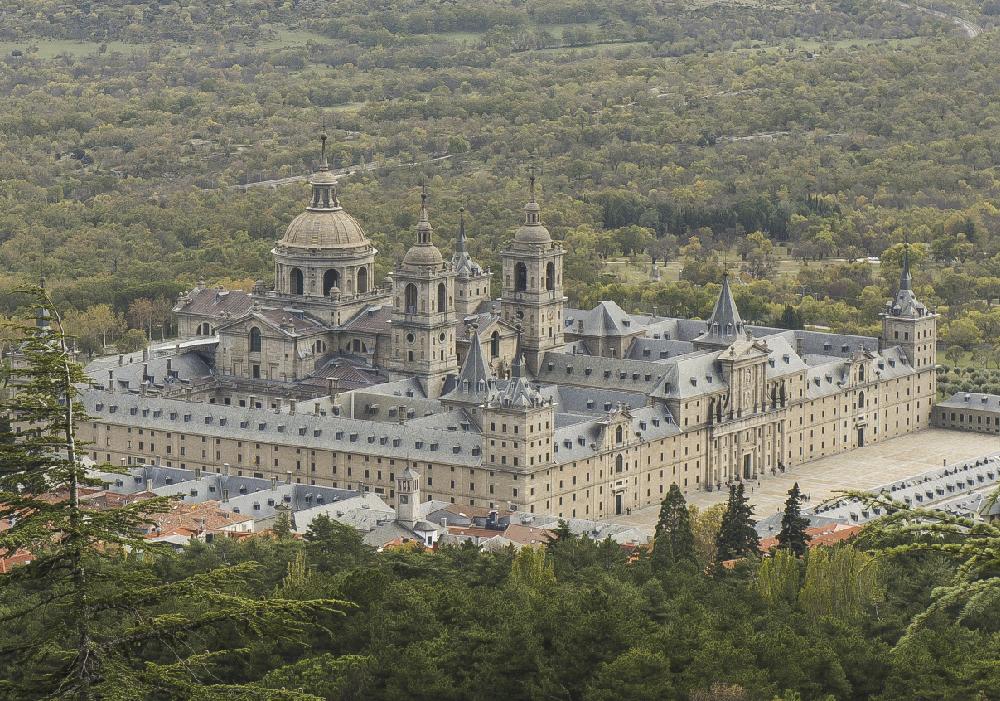 Complejo que incluye el palacio real, una basílica, un panteón, una biblioteca y un colegio.
