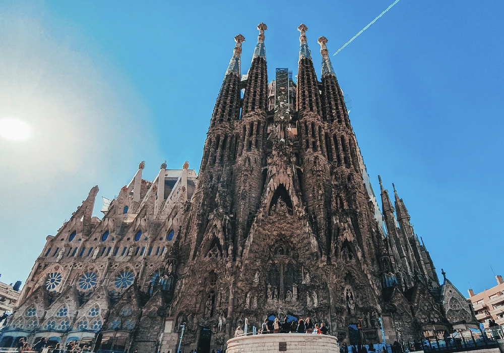 Basílica católica de Barcelona, presenta una arquitectura modernista catalana.