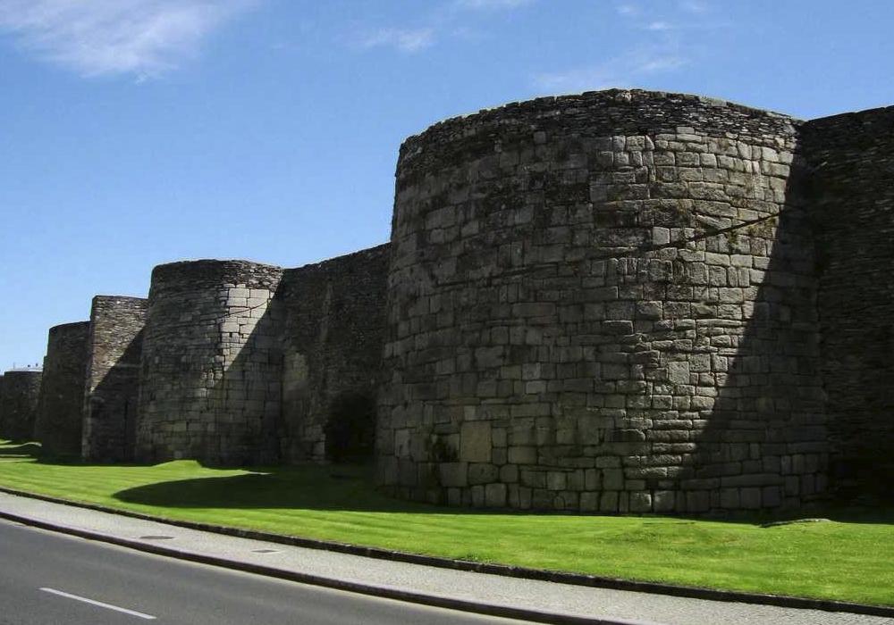 Esta muralla rodea todo el casco de la ciudad de Lugo.