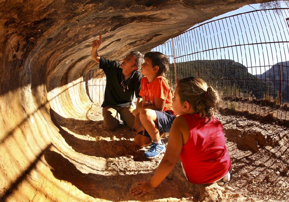 Los turistas pueden deleitarse con los grabados en las rocas.