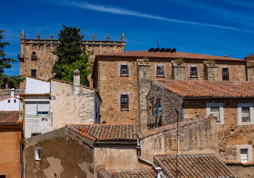 Se ubica en el centro de la Comunidad de Extremadura y es la capital de la ciudad.